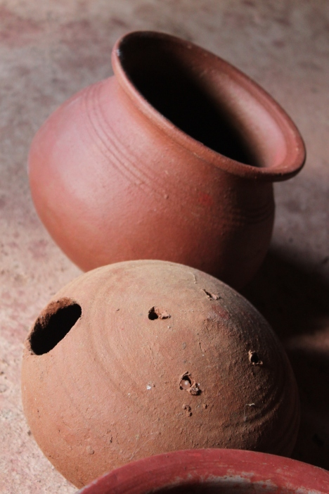 Difference between a red painted pot and natural clay color
